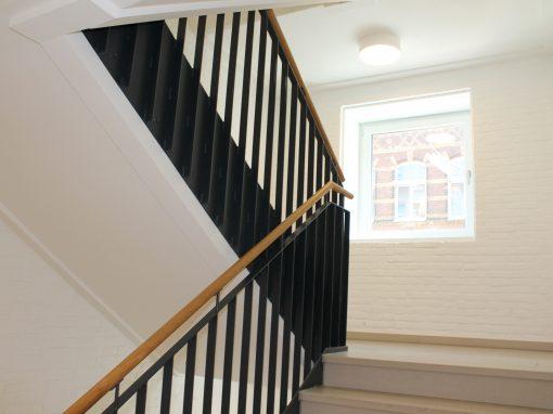 Treppengeländer aus Flachstahlwange mit Holzhandlauf